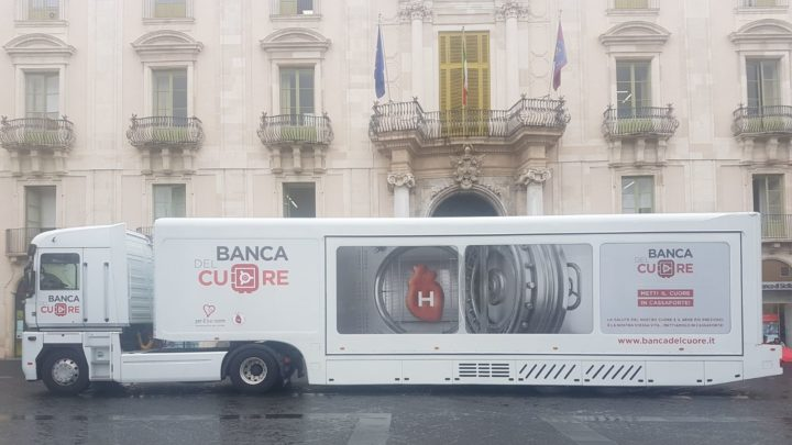 """Il Jumbo Truck """"Banca del Cuore"""" in piazza Università"""