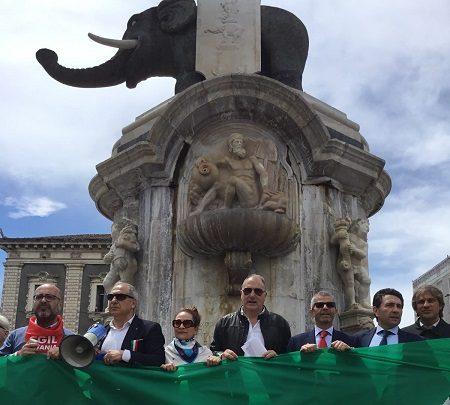 """""""L'Italia si dimentica di noi, ma noi non dimentichiamo di essere italiani. Mattarella e Conte aiutino la città."""""""