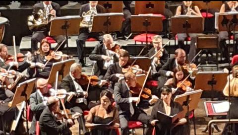 La grintosa Elda Laro dirige il concerto sinfonico corale al Teatro Massimo Bellini
