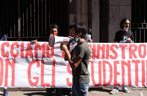 studenti in piazza contro la didattica a distanza e i decreti della Ministra  Azzolina