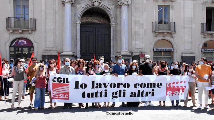 Piazza Università, protesta di attori e tecnici del mondo dello spettacolo: una maschera verso il cielo per chiedere il riconoscimento di diritti insindacabili.