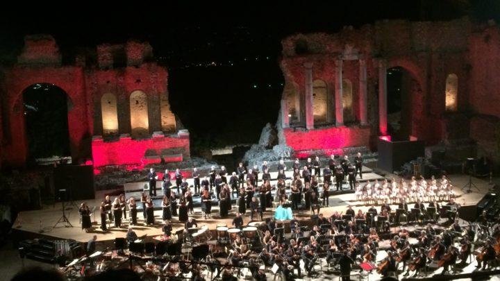 """Pubblico elettrizzato e prolungati applausi per """"Carmina Burana"""" diretti da Lucantoni al Teatro Antico di Taormina"""
