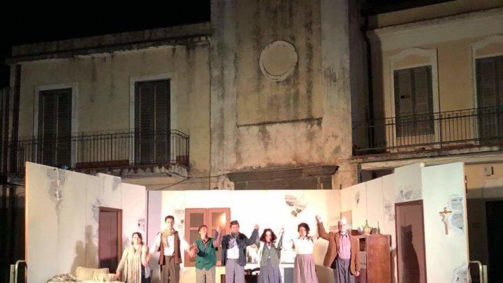 """Hinterland: Successo di pubblico per la commedia """"Il cappello di carta"""" della compagnia del Teatro Stabile di Mascalucia."""