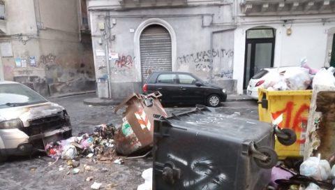 Bruciati 13 contenitori stradali per la differenziata. Il piromane individuato