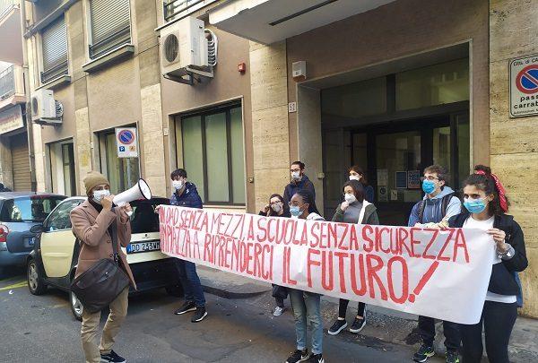 PROTESTE DAVANTI ALL'UFFICIO SCOLASTICO REGIONALE DI CATANIA. PRESIDI IN TUTTA ITALIA.  STUDENTI IN PIAZZA IL 29 GENNAIO