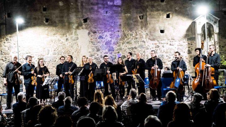 """""""Corti e Castelli"""": Bach Vs Vivaldi, la prima volta della Camerata Strumentale Siciliana, diretta da Augusto Vismara al cortile del Museo Diocesano"""