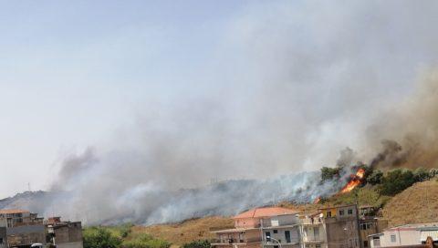 Da oggi anche Catania , complice il caldo è il forte vento , è stata colpita da incendi.